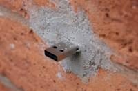 Dead drops : des clés USB dans les murs